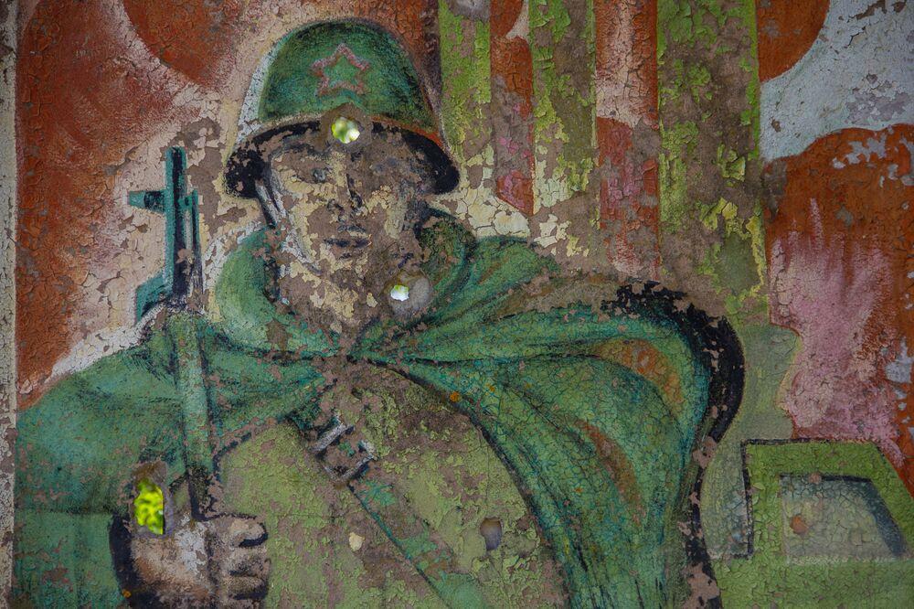 Painel com imagem de soldado na antiga base secreta de Dvina, na Bielorrússia