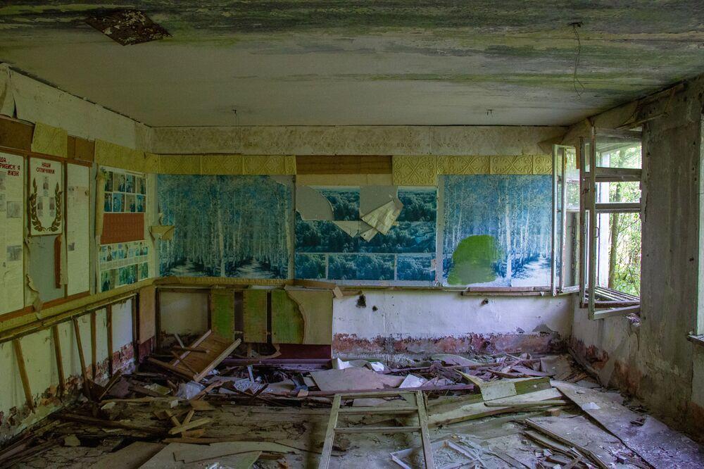 Fotos e quadros abandonados em uma sala da base secreta de Dvina, na Bielorrússia