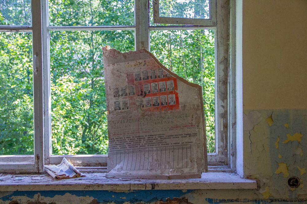Velho cartaz com retratos dos membros do Comité Central do Partido Comunista da União Soviética, na base abandonada de Dvina, na Bielorrússia