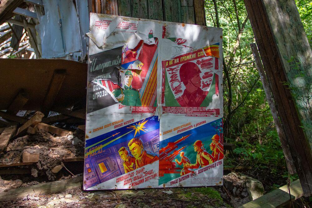 Cartazes de propaganda perto da base secreta de Dvina, na Bielorrússia