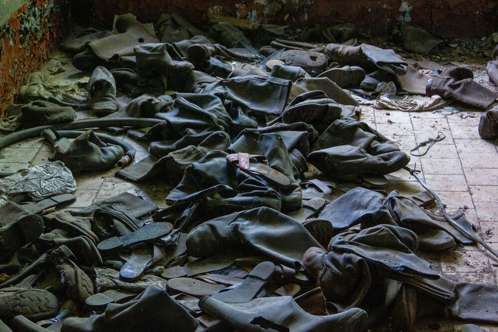 Botas de soldados na base abandonada de Dvina, perto da cidade de Postavy, na Bielorrússia