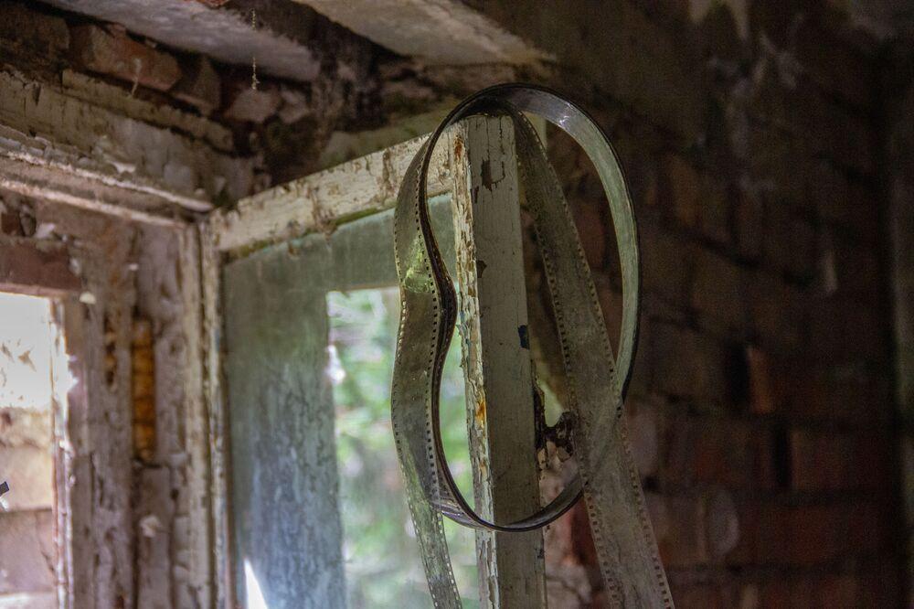 Velha película em janela na antiga base secreta de Dvina, na Bielorrússia
