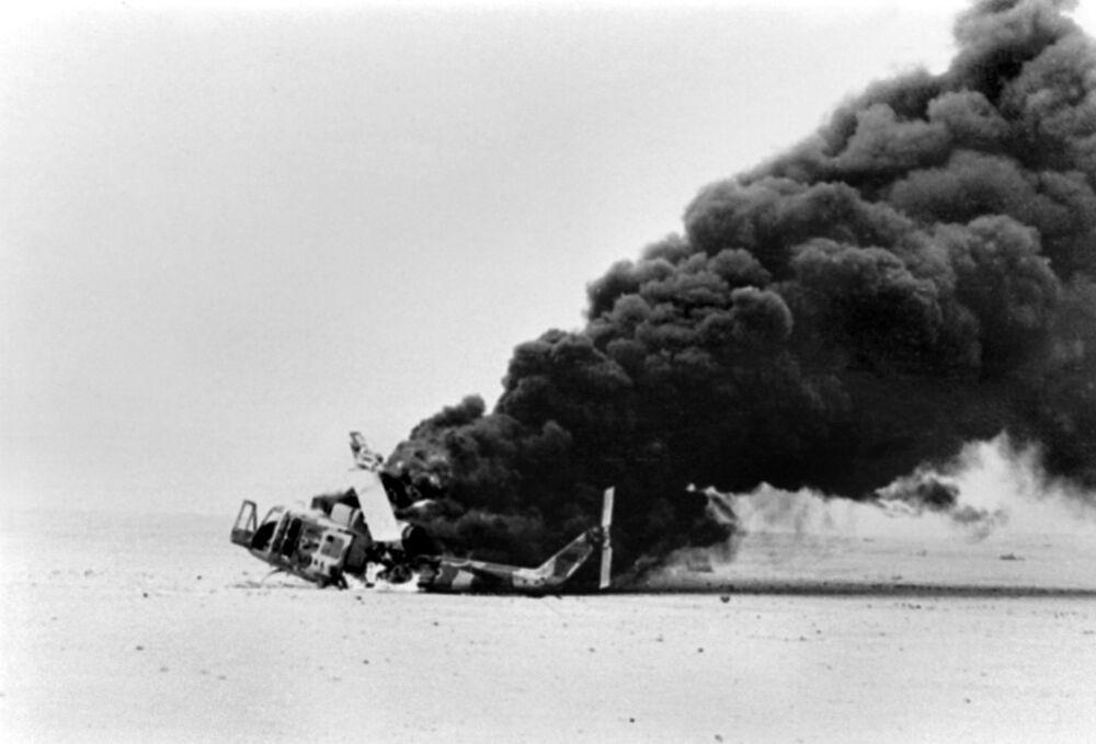 Helicóptero iraniano jogando fumaça por ter sido atingido pela defesa antiaérea iraquiana perto de Abadan, em 17 de novembro de 1980