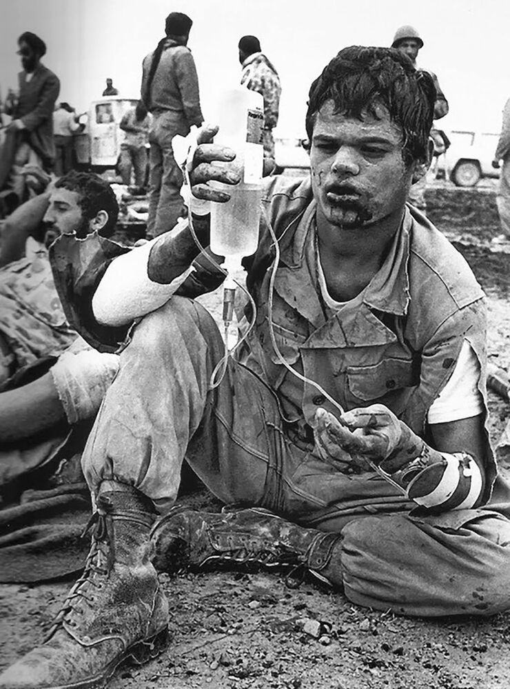 Soldado iraniano segurando soro fisiológico durante a Guerra Irã-Iraque