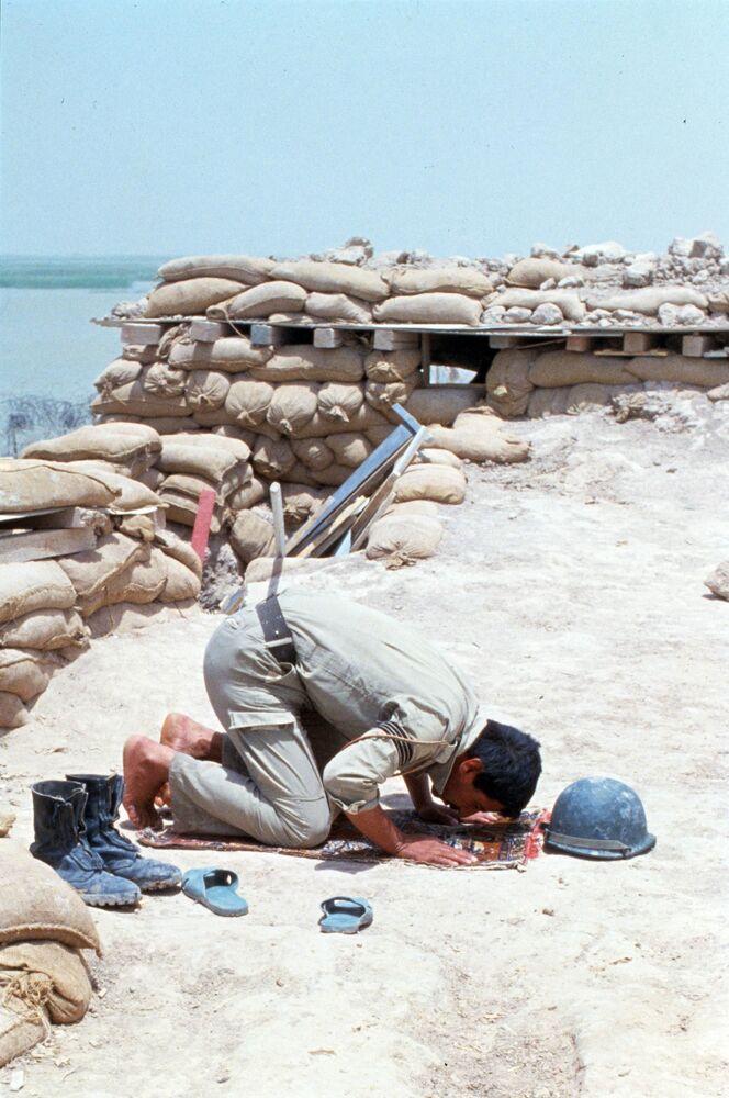 Soldado iraquiano deixou trincheira para rezar em direção à Meca durante o Ramadã, em junho de 1984