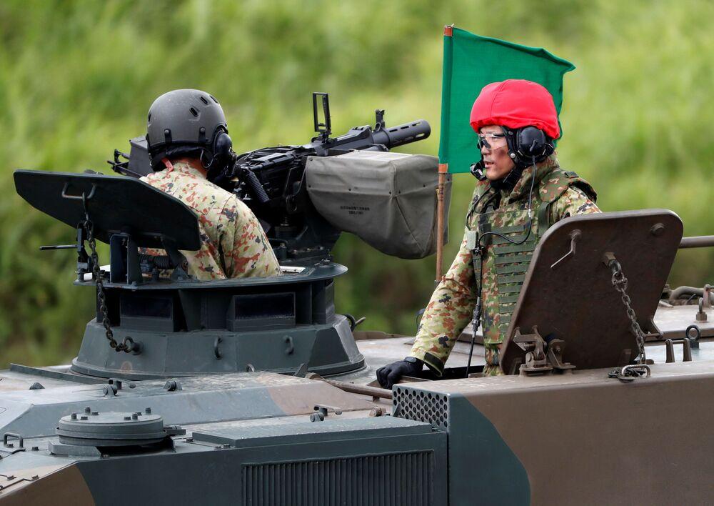 Soldados da Força Terrestre de Autodefesa do Japão em um veículo blindado de transporte de pessoal Type 96