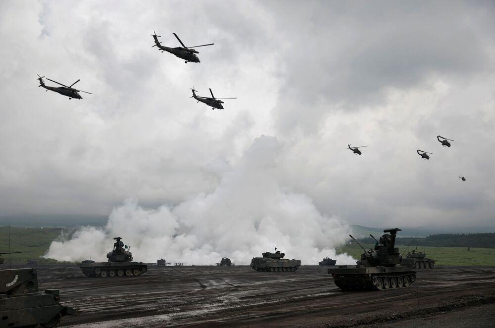 Tanques, veículos blindados e helicópteros da Força Terrestre de Autodefesa do Japão