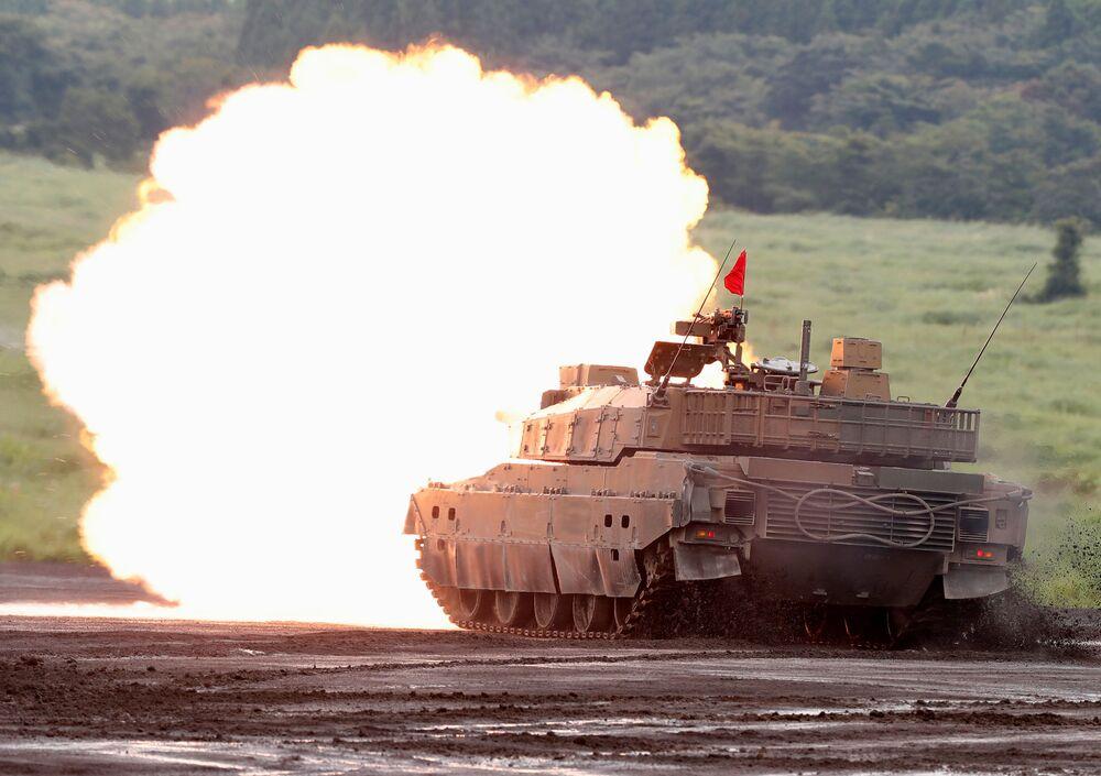 Tanque de guerra Type 10 abrindo fogo