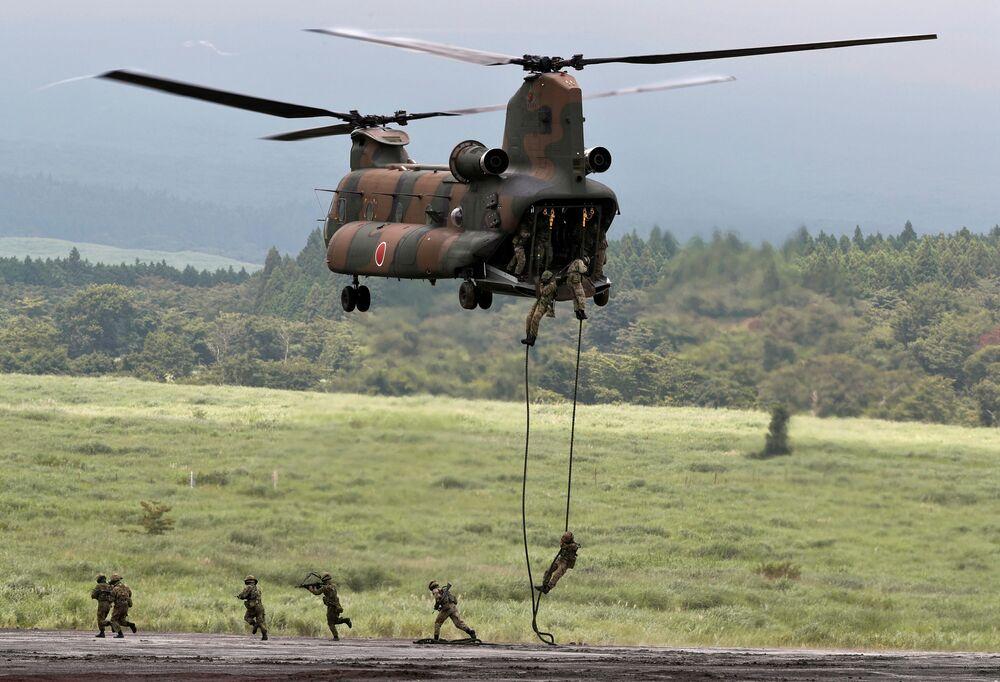 Soldados descendo de helicóptero Boeing CH-47 Chinook