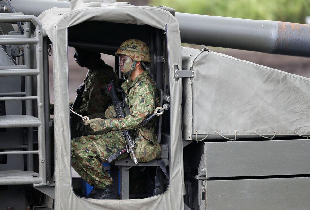 Soldados dentro de obuseiro autopropulsado Type 19 de 155 mm