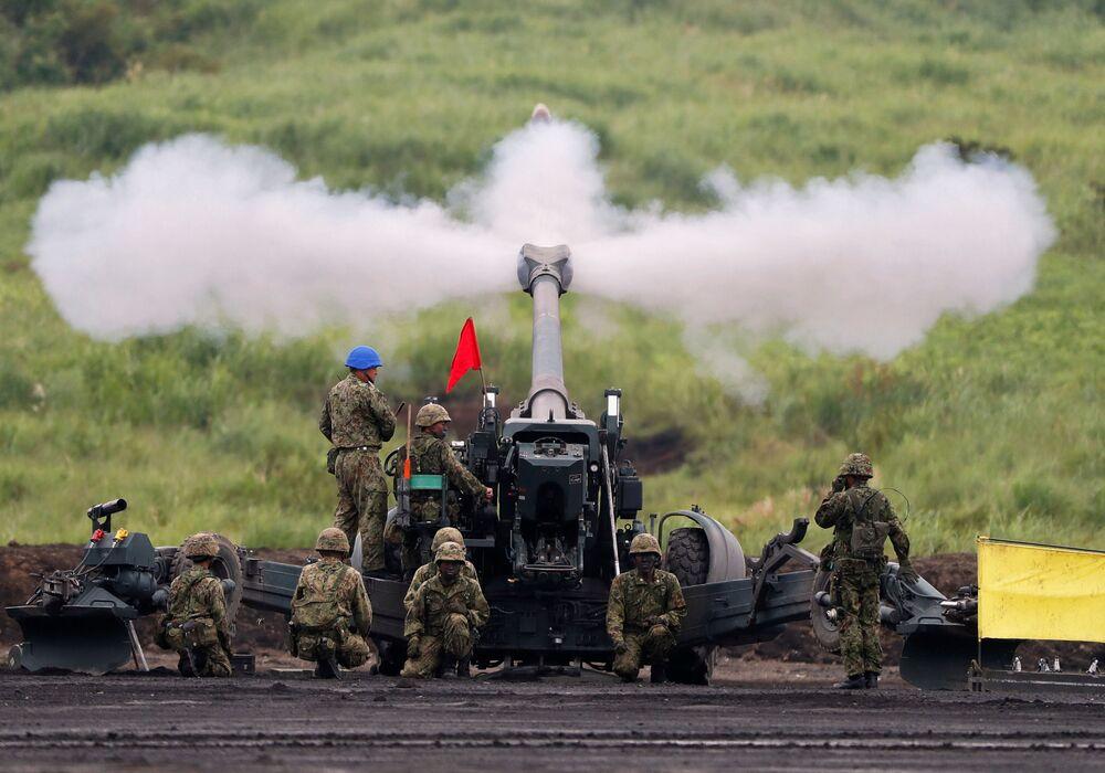 Soldados disparando obuseiro FH70 de 155 mm