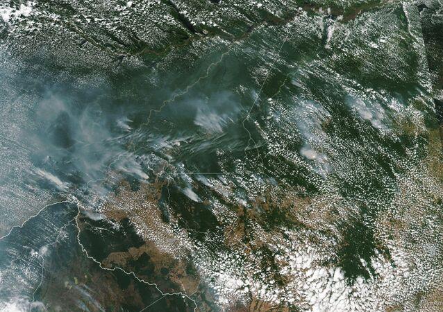 NASA mostra imagem tirada por satélite da parte brasileira da região amazônica coberta por fumaça, imagem foi tirada em 13 de agosto de 2019 e inclui os estados de Rondônia, Amazonas, Pará e Mato Grosso