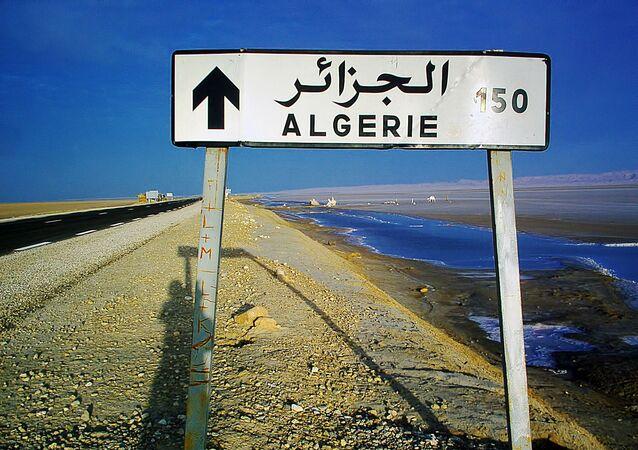 Placa indicando o caminho para a Argélia