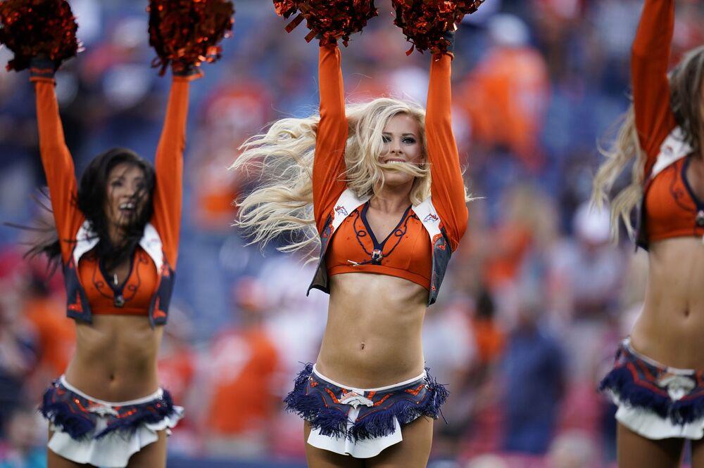 Animadoras de torcida do clube de futebol Denver Broncos durante o intervalo do jogo entre o Denver Broncos e o San Francisco 49ers, em Denver, nos EUA