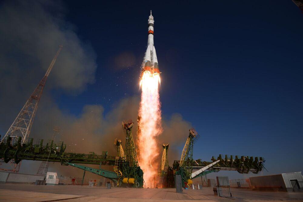 Lançamento do foguete portador russo Soyuz-2.1a com a espaçonave Soyuz MS-14 a partir do cosmódromo de Baikonur, no Cazaquistão