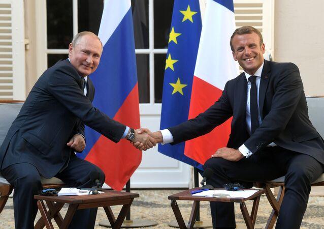 Presidente da Rússia, Vladimir Putin, e presidente da França, Emmanuel Macron, durante encontro no sul da França (arquivo)