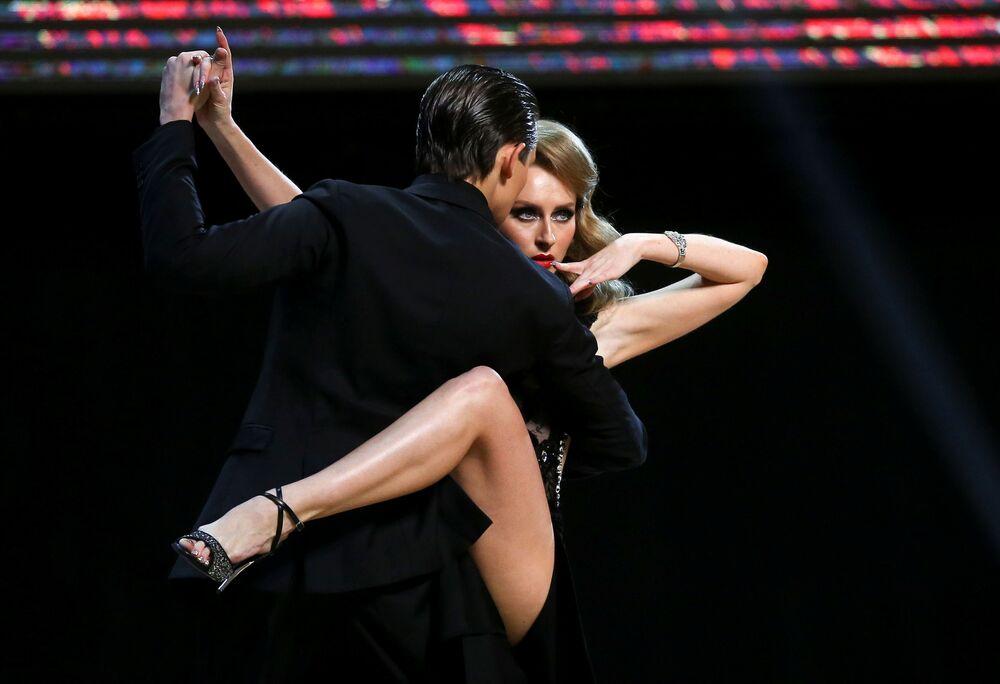 Dançarinos russos Ivan Nabokin e Anastasiya Izvekova se apresentam no final do campeonato do mundo de tango em Buenos Aires, na Argentina