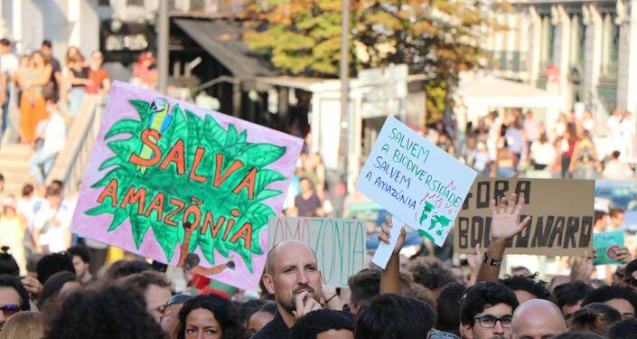 Manifestantes com placas durante ato contra queimadas na Amazônia em Lisboa, Portugal