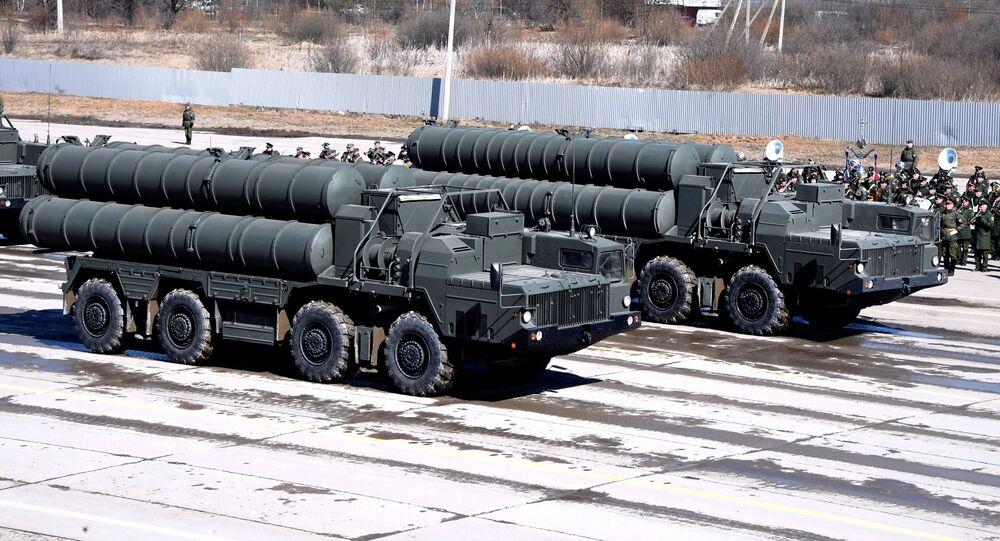 Sistemas antiaéreos russos S-400 em desfile no Dia da Vitória