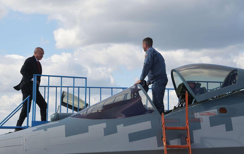 Presidente turco Recep Tayyip Erdogan inspeciona caça multifuncional russo Su-57 durante sua visita ao salão MAKS-2019