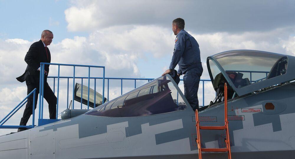 Presidente turco Recep Tayyip Erdogan inspeciona caça multifuncional russo Su-57 durante sua visita ao salão MAKS 2019