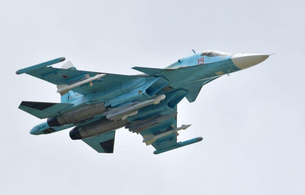 Caça-bombardeiro russo Su-34 realiza voo de demonstração no show aéreo MAKS-2019