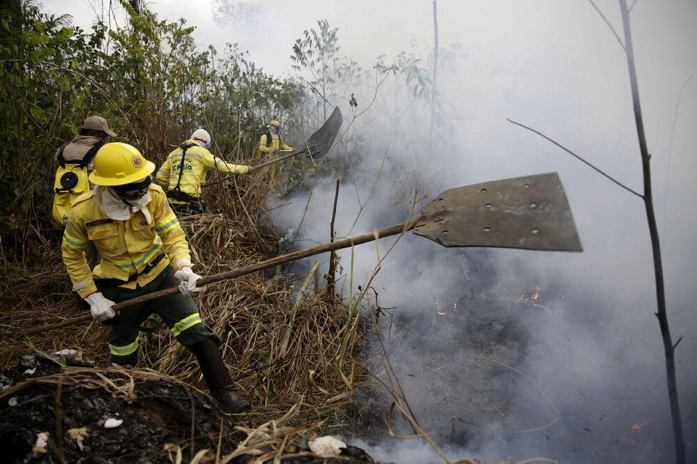 Bombeiros apagam fogo perto de Porto Velho, capital do estado brasileiro de Rondônia