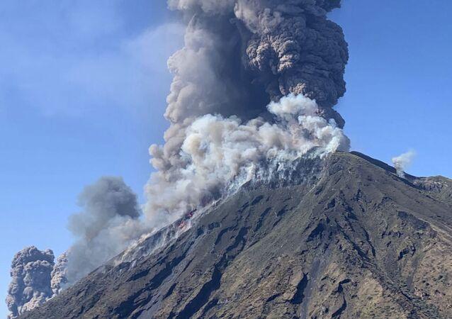 Erupção do vulcão Stromboli na ilha de Stromboli, ao norte da Sicília, Itália, em 3 de julho de 2019