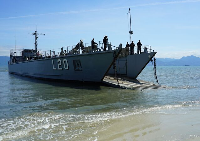 Embarcação de Desembarque de Carga Geral L20, o Marambaia, da Marinha do Brasil