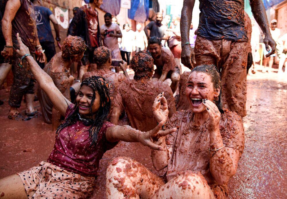 Participantes da festa anual La Tomatina na cidade de Buñol, na província de Valência, Espanha