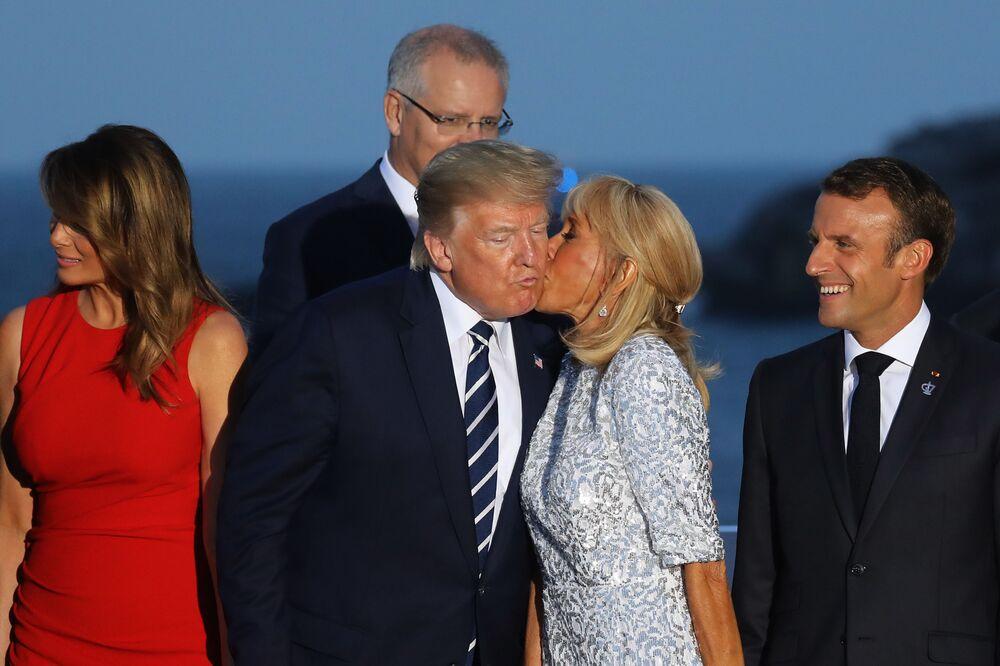 Esposa do presidente da França, Brigitte Macron, beija o presidente dos EUA, Donald Trump, durante a captura de fotos na reunião do G7 em Biarritz