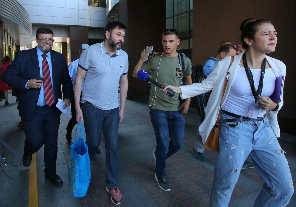 Jornalista e chefe do portal RIA Novosti Ucrânia, Kirill Vyshinsky, ao lado do edifício do Tribunal de Apelação de Kiev