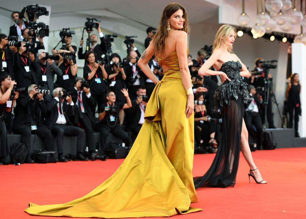 Supermodelo brasileira Isabeli Fontana na cerimônia de inauguração do 76º Festival de Cinema de Cannes