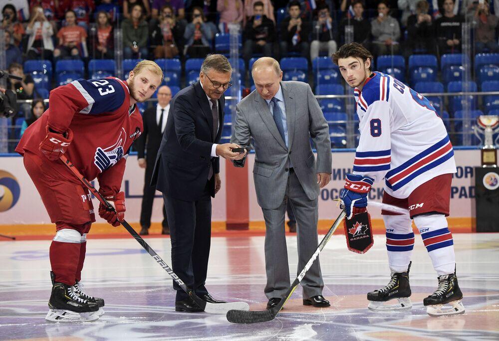 Presidente da Federação Internacional de Hóquei no Gelo, René Fasel, e o presidente da Rússia, Vladimir Putin, durante a cerimônia de inauguração da Copa do Mundo de Hóquei no Gelo de juniores, em Sochi, na Rússia