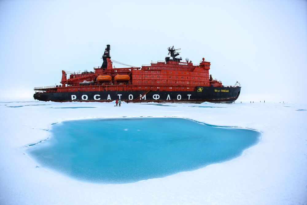 Quebra-gelos russo 50 Let Pobedy com estudantes do ensino secundário regressou da viagem ao Polo Norte