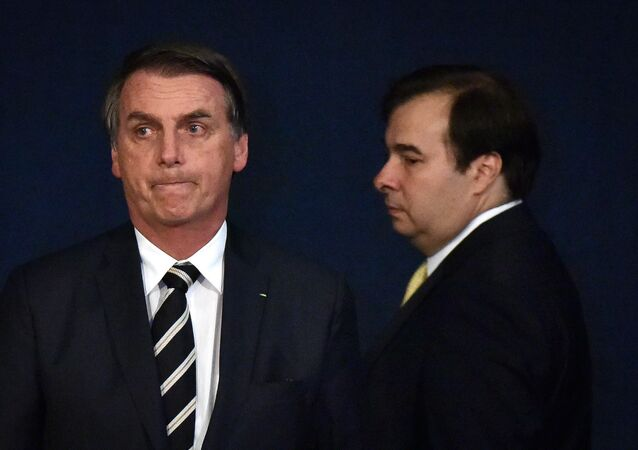 O presidente Jair Bolsonaro participa, ao lado do presidente da Câmara dos Deputados, Rodrigo Maia (DEM-RJ), de solenidade de posse nos novos procuradores do Ministério Público.