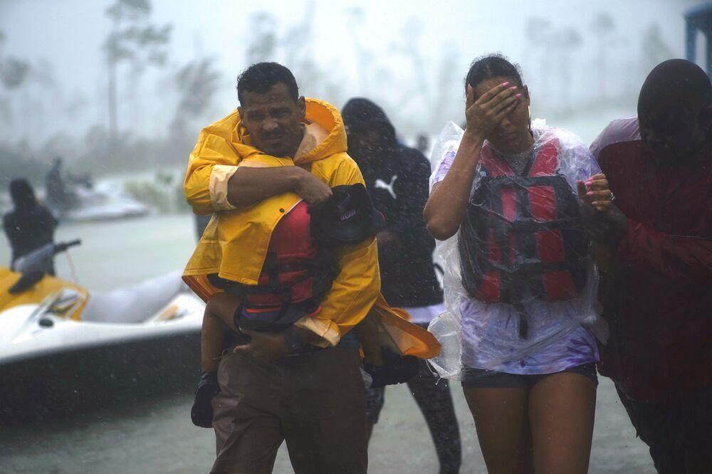 Família é escoltada para zona segura depois de ser resgatada durante o furacão Dorian, na cidade de Freeport, Bahamas, 3 de setembro de 2019