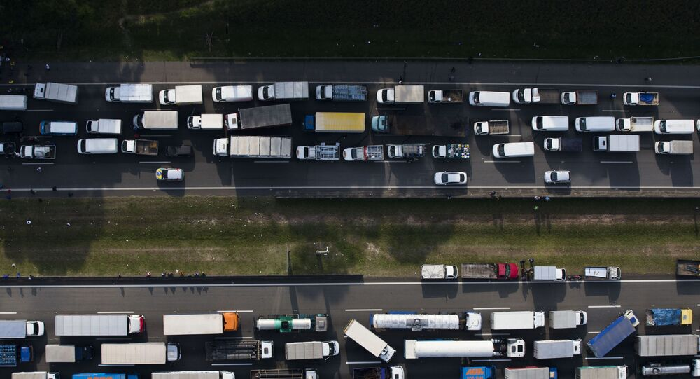 Caminhoneiros bloqueiam o rodoanel Mário Covas, entre as rodovias Anchieta e Imigrantes, em São Paulo. (Foto: /Folhapress)