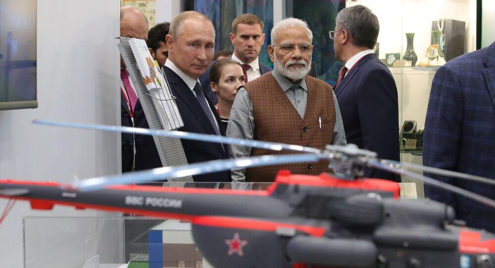 O presidente da Rússia, Vladimir Putin, ao lado do premiê indiano, Narendra Modi, durante um tour de exibição do Fórum Econômico Oriental, em Vladivostok. Foto de 4 de setembro de 2019.