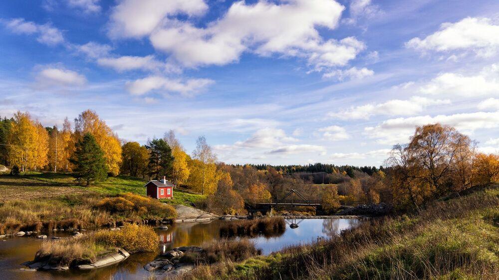 Um lar perdido na imensidão de floresta na Finlândia