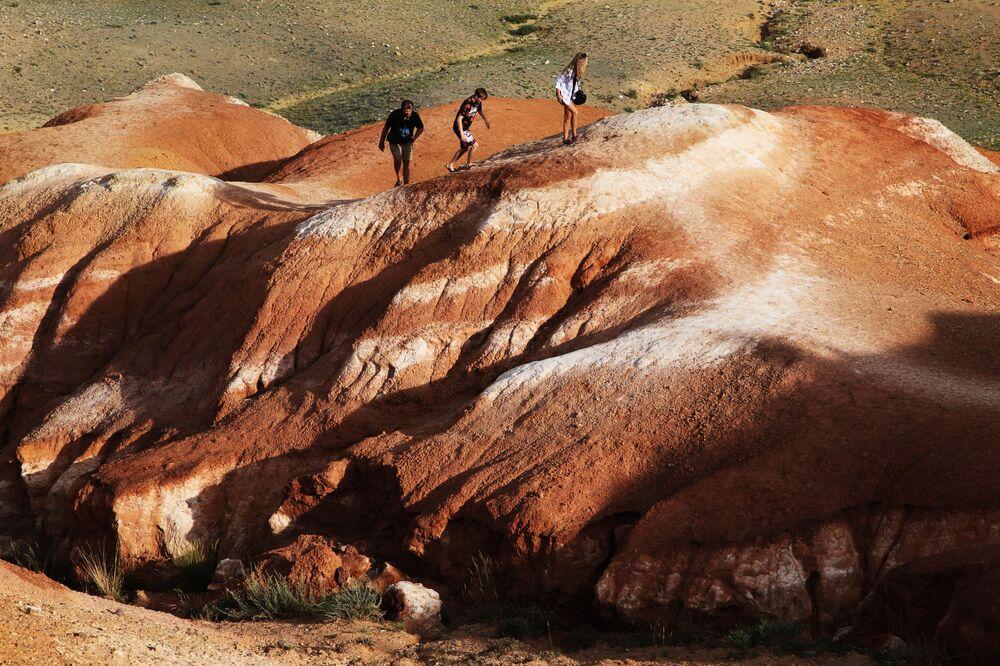 Turistas no vale de Kizil-Chin na Estepe de Chuya, na república de Altai, na Rússia