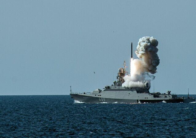 Lançamento de míssil a partir da corveta Vyshny Volochyok durante os exercícios militares da Frota do Mar Negro e do Distrito Militar do Sul da Rússia na Crimeia