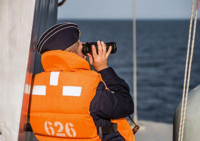 Marinheiro olha através do binóculo a bordo do navio de mísseis do projeto 21631 Orekhovo-Zuyevo durante os exercícios militares da Frota do Mar Negro e do Distrito Militar do Sul da Rússia na Crimeia