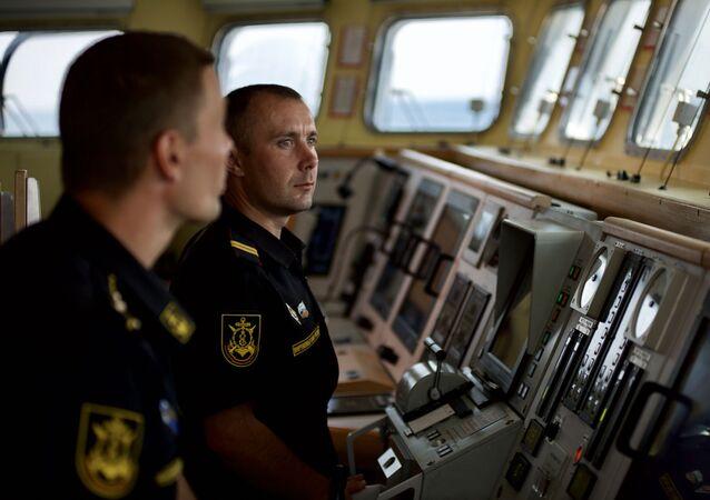 Oficiais russos na ponte de comando do navio de mísseis do projeto 21631 Orekhovo-Zuyevo durante os exercícios militares da Frota do Mar Negro e do Distrito Militar do Sul da Rússia na Crimeia (foto de arquivo)