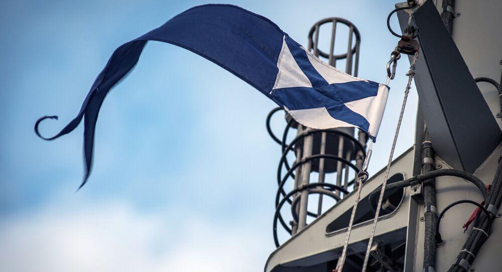 Bandeira da Marinha da Rússia e mastros a bordo do navio de mísseis ligeiro do projeto 21631 Orekhovo-Zuyevo durante os exercícios militares da Frota do Mar Negro e do Distrito Militar do Sul da Rússia na Crimeia