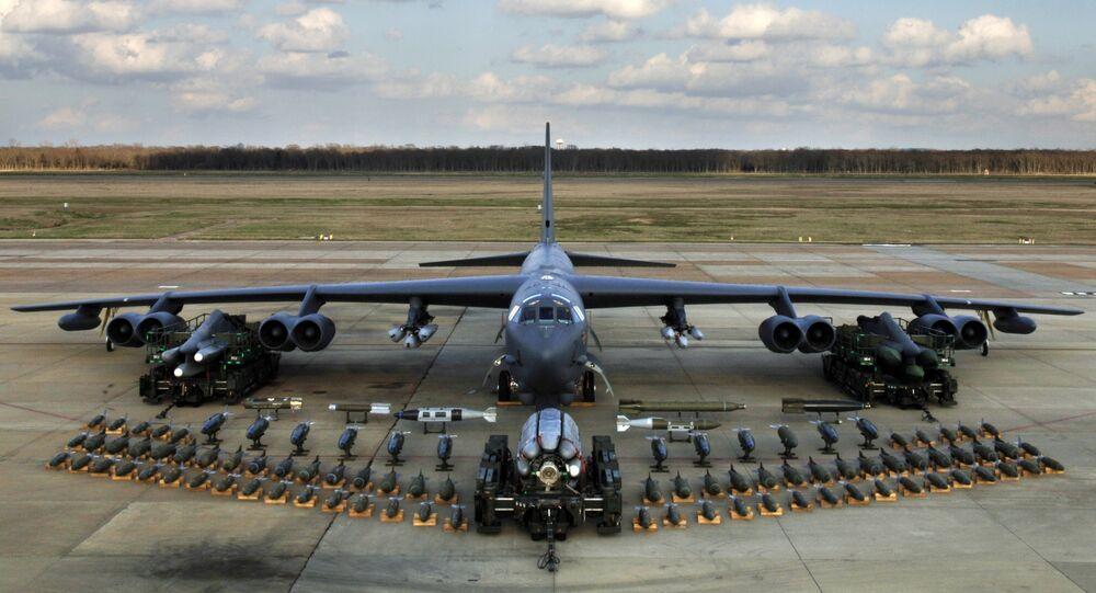 Um bombardeiro estratégico B-52 com seu jogo de munições (foto de arquivo)