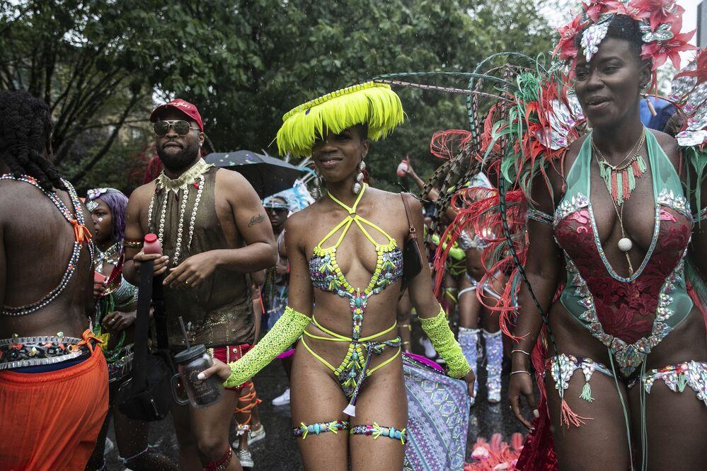 Populares participam de parada no Dia do Índio Americano, no Brooklyn, Nova York
