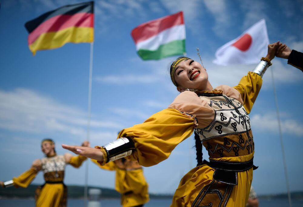 Apresentação artística em trajes tradicionais durante o V Fórum Econômico Oriental em Vladivostok, Rússia