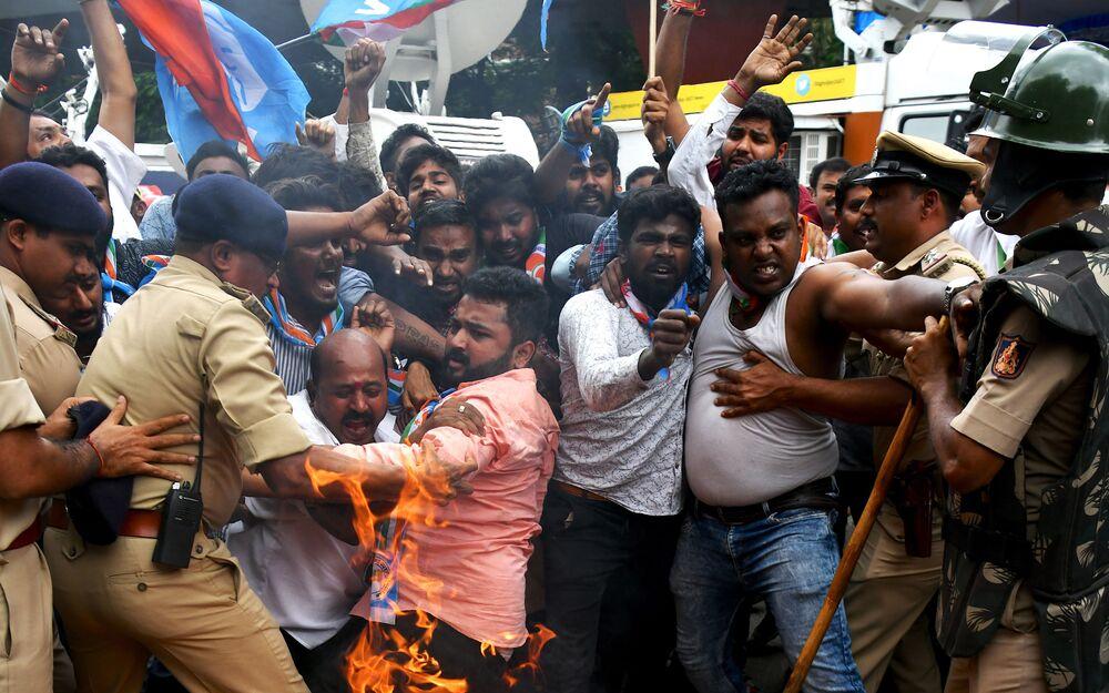 Membros do Congresso de Karnataka lutam com a polícia em protesto pela prisão do líder do Congresso D.K. Shivakumar