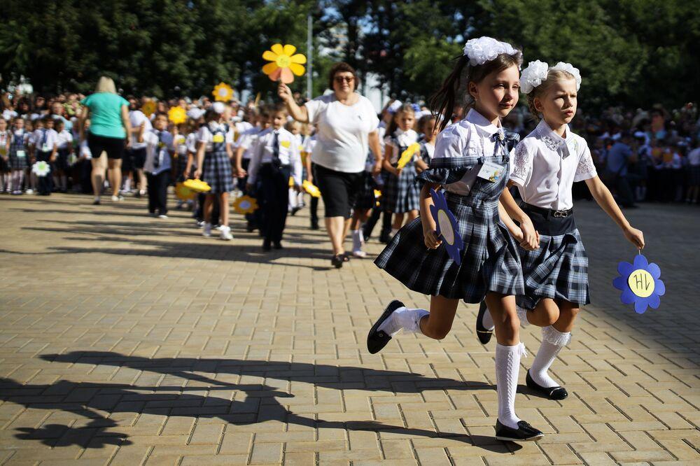 Crianças da primeira série na cerimônia de início das aulas, em 1° de setembro na Rússia